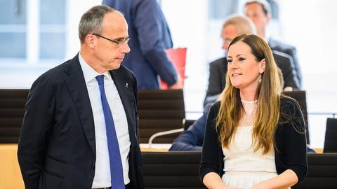 Peter Beuth (links, CDU) und Janine Wissler (Linke) im Wiesbadener Landtag im Gespräch.