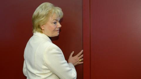 Erika Steinbach vor einer Tür.