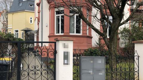 Das Foto zeigt das Haus in Frankfurt, in dem die Wohnung des AfD-Chefs Gauland durchsucht wurde.