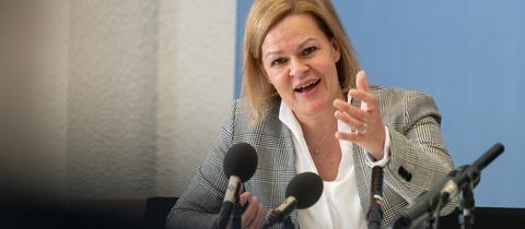 Nancy Faeser am Montag auf einer Pressekonferenz im Landtag