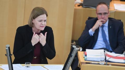 Landtag, Nancy Faeser am ERednerpult, Peter Beuth sitzt dahinter
