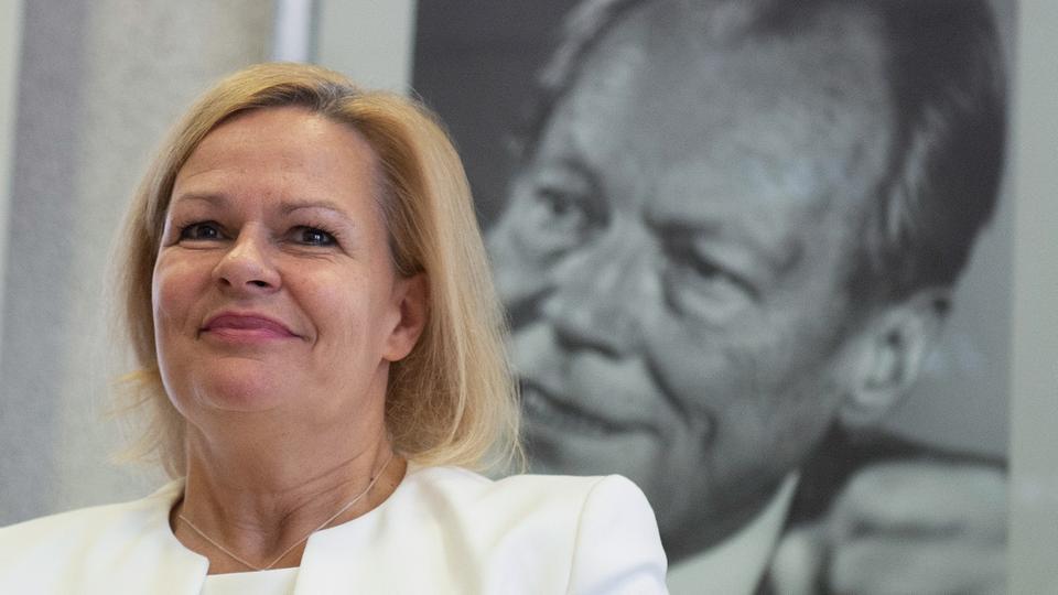 Nancy Faeser vor Willy-Brandt-Porträt