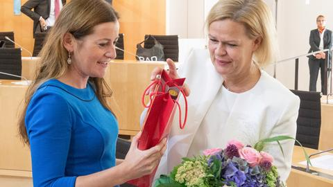 Janine Wissler gratuliert Nancy Faeser