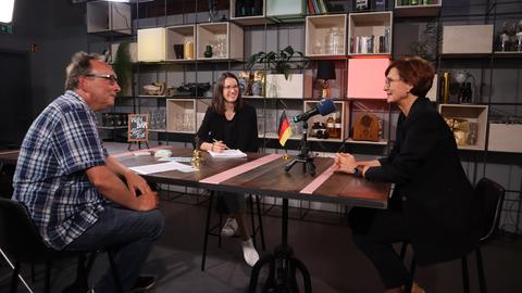 Bettina Stark-Watzinger (rechts) im Gespräch mit den hessenschau.de-Redakteuren.