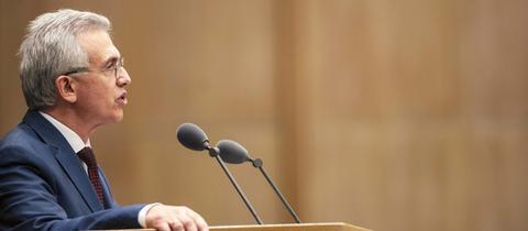 Der Frankfurter Oberbürgermeister Peter Feldmann (SPD) beantwortet die Fragen der Stadtverordneten.