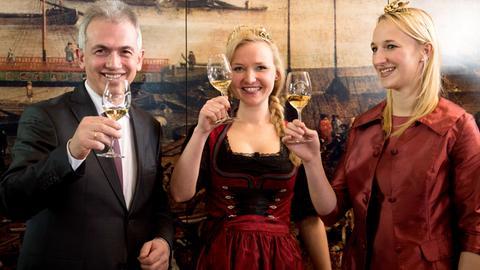 Weinliebhaber Peter Feldmann - hier mit der Frankfurter Weinkönigin Marilen I.(M) und der Rheingauer Weinkönigin Stephanie Kopietz im Jahr 2017