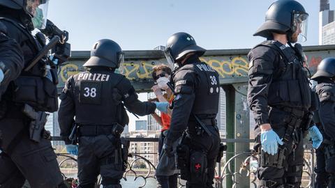 Festnahme während der Demonstration des Bündnis Seebrücke in Frankfurt