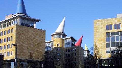 Dach des Finanzamts Frankfurt mit Hütchen-Ornamenten