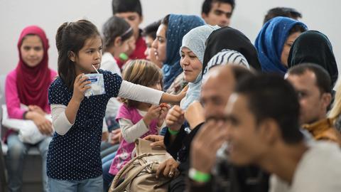 """Asylbewerber warten im """"Ankunftszentrum für Flüchtlinge"""" in Gießen."""