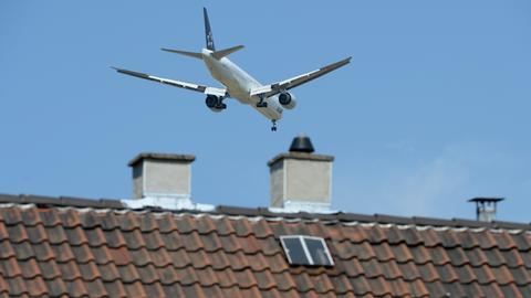 Ein Flugzeug über den Dächern von Flörsheim.