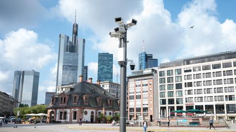 Kameras einer Videoüberwachungsanlage hängen an der Hauptwache in der Frankfurter Innenstadt.