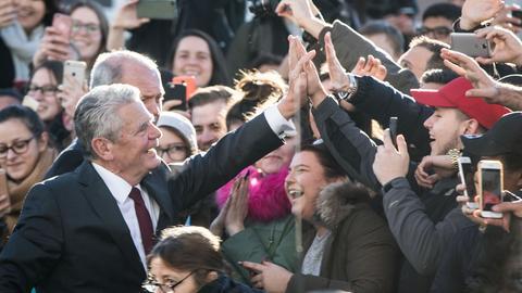 Joachim Gauck klatscht mit jubelnden Schülern ab