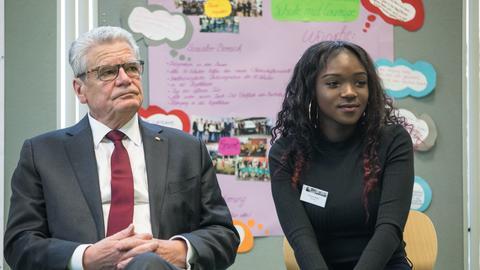 Bundespräsident Joachim Gauck in Offenbach mit einer Schülerin
