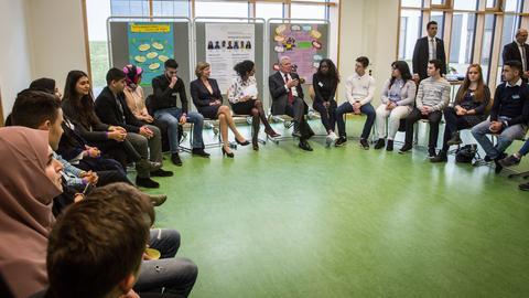 Gauck diskutiert mit Schülern in Offenbach