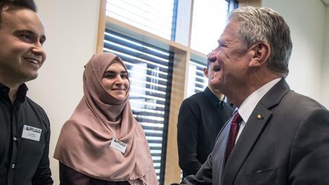 Joachim Gauck schüttelt einem Schüler die Hand.
