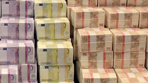 Stapel von 500-, 200- und 50-Euro-Scheinen.