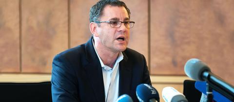Foto von Sven Gerich bei der Pressekonferenz.
