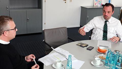 Christian Geselle (r.) im Gespräch mit hessenschau.de-Redakteur Christian Albrecht.