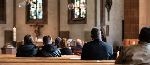 Gottesdienst mit Abstand in spärlichen besetzten Kirchenbänken