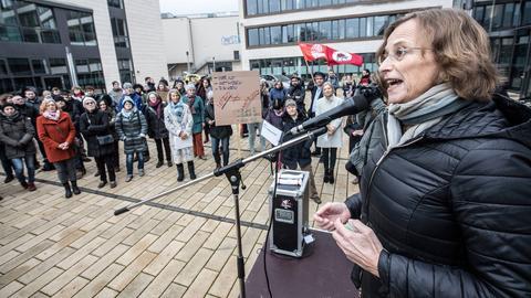 Dietlind Grabe-Bolz (2019 bei einer Demo für die Abschaffung des Strafrechtsparagrafen 219a in Gießen).