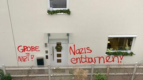 Grafitti im Eingangsbereich des Wohnhauses des AfD-Abgeordneten Frank Grobe.