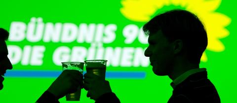 Zwei Grünen stoßen auf einen Wahlerfolg an.