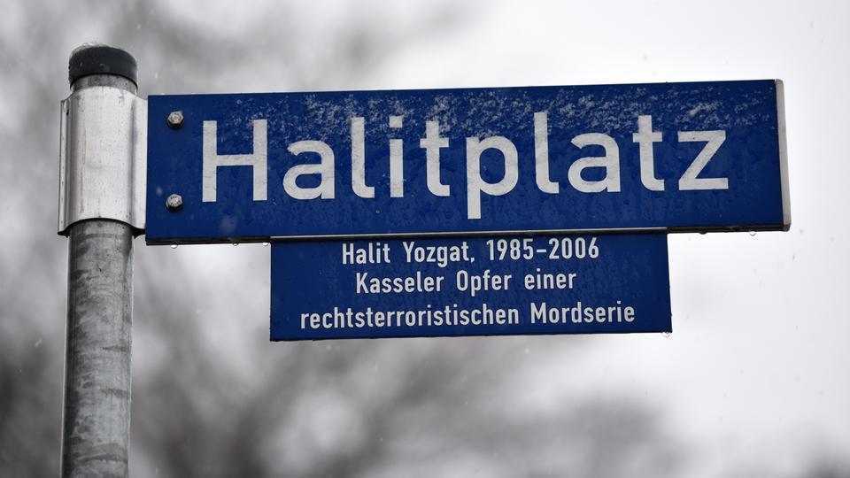 Blick auf das Straßenschild Halitplatz, benannt nach dem Namen des Kasseler NSU-Mordofers Halit Yozgat.