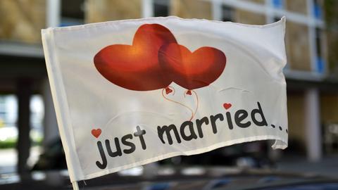 """""""Just married..."""" steht auf einer wehenden Fahne"""