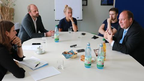 CDU-Spitzenkandidat Helge Braun (r.) mit Mitgliedern seines Wahlkampfteams im Gespräch mit Sonja Süß (l.) und Wolfgang Jeck.
