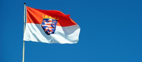 Hessen Flagge vor blauem Himmel