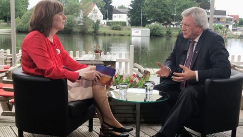 Ministerpräsident Volker Bouffier (CDU)im Gespräch mit Ute Wellstein, der Leiterin des hr-Fernsehstudios im Landta