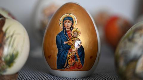 Ein mit einem Ikonenmotiv verziertes Prozellan-Ei