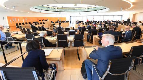Landtagsabgeordnete und Gäste im Innenausschuss des hessischen Landtags.