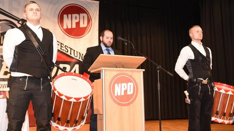 NPD-Politiker Stefan Jagsch (Mitte) im November 2018 auf einem Parteitag in Büdingen.