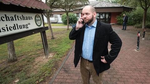Ortsvorsteher Jagsch (NPD) vor dem Gemeinschaftshaus der Waldsiedlung in Altenstadt.