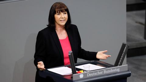Die hessische AfD-Bundestagsabgeordnete Joana Cotar im Bundestag bei einer Rede am Pult