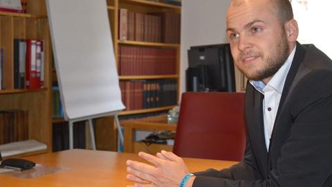 Julian Schweitzer, Bürgermeister von Bad Endbach, in seinem Büro