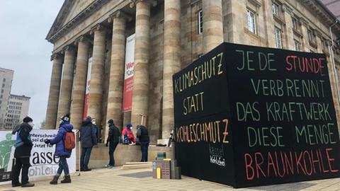 Vor dem Kongress Palais in Kassel protestieren Aktivisten