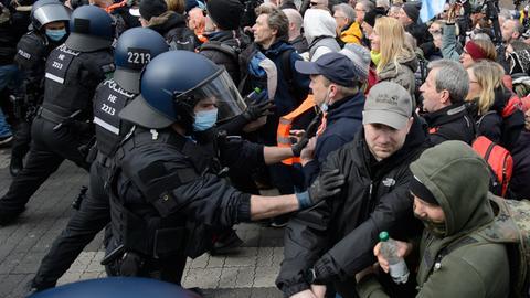 Polizisten bei der Kundgebung unter dem Motto «Freie Bürger Kassel - Grundrechte und Demokratie» im März 2021.