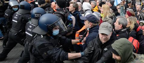"""Polizisten bei der Kundgebung unter dem Motto """"Freie Bürger Kassel - Grundrechte und Demokratie"""" im März 2021."""