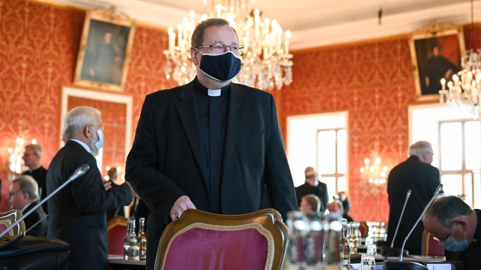 Bischof Bätzing trägt einen Corona-Mundschutz