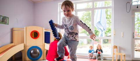 Ein Kind spielt in einer Kita in Eppertshausen