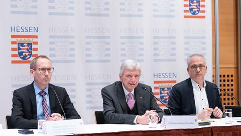 Sozialminister Kai Klose, Ministerpräsident Volker Bouffier und Wirtschaftsminister Tarek Al-Wazir erklärten die verschärften Maßnahmen zur Eindämmung des Coronavirus.