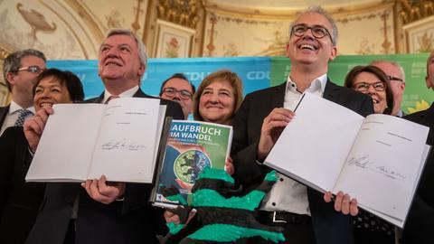 Volker Bouffier und Tarek Al-Wazir präsentieren den unterschriebenen Koalitionsvertrag