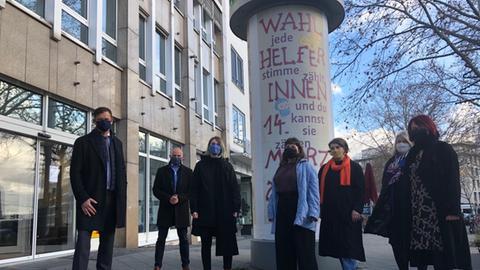 Die Stadt Kassel und Studierende der Kunstuniversität präsentieren die Litfaßsäulen-Plakate - so sollen junge Wahlhelfer gewonnen werden.