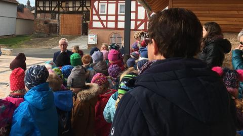 Der Kindergarten singt Künz ein spontanes Ständchen auf dem Platz hinter dem Rathaus.