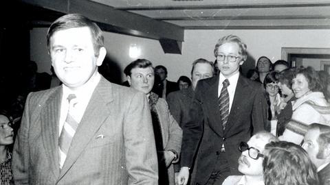 Ulrich Künz umgeben von Menschen, direkt nach seiner Wahl zum Bürgermeister.