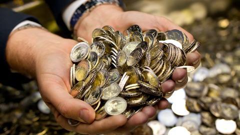 Hände voller Euro-Münzen