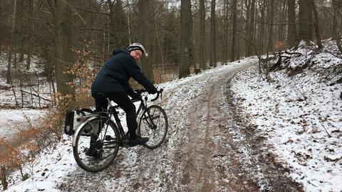 Ulrich Schu mit Fahrrad auf dem Waldweg.
