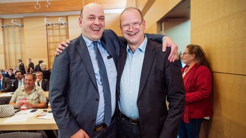 Robert Lambrou legt den Arm um Klaus Herrmann
